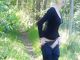 Blonde fotze gibt arsch neben der autobahn!