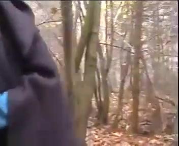 Dame timide dans les bois